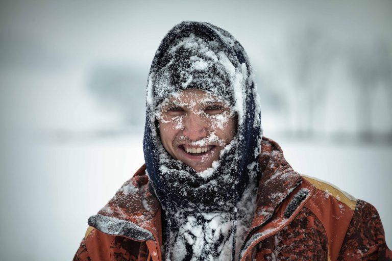 ibv - muz sneh 768x512 - Keď si zima zuby brúsi